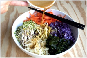 raw-macro-vegan-bowl-with-dragon-sauce-02